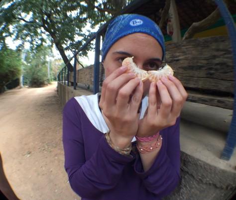 Andrea comendo mexerica de lanche no meio do Caminho do Sol, rumo à Salto (SP)