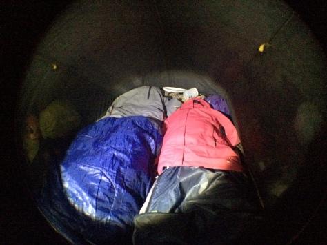 Em Itatiaia (RJ) fazia tanto frio que usamos as jaquetas corta-vento para ajudar a aquecer nossos pés