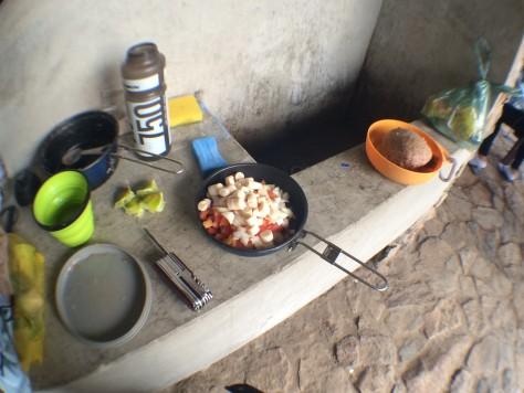 Preparo da comida no abrigo Rebouças, no Parque do Itatiaia (RJ)