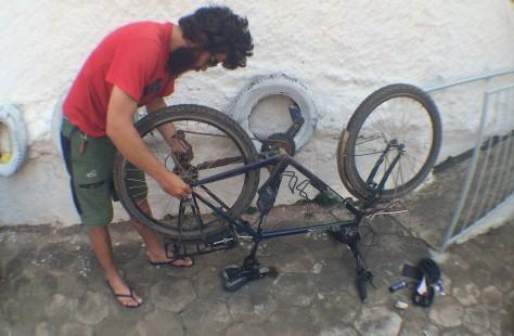 Bruno no remendo de um pneu furado