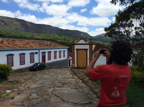 Bruno tirando fotos da histórica Tiradentes (MG)