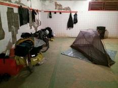 Noite no vestiário de um ginásio em Mombuca (SP)