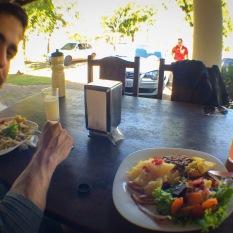 Pedimos uma marmita nesse restaurante e ganhamos comida à vontade e suco!