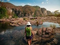 Dea caminha entre as cachoeiras do Salto dos 120m e 80m, no Parque Nacional da Chapada dos Veadeiros, em Alto Paraíso de Goiás (GO)